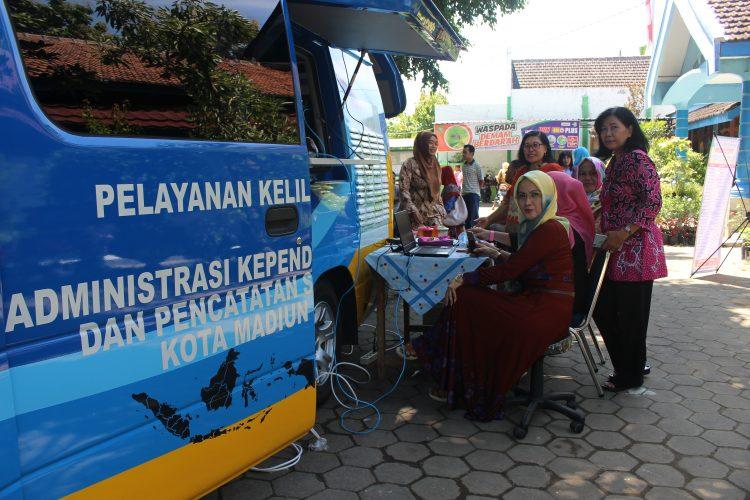 Pelayanan Mobil Keliling dari Dinas DukCapil di Halaman Kantor Kelurahan Banjarejo Kecamatan Taman Kota Madiun